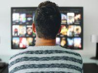 動画配信サービスを観る男性