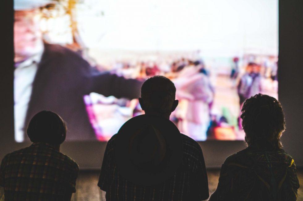 映画を観る人