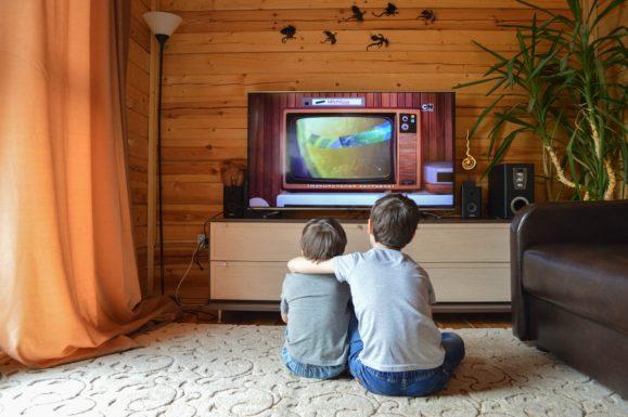 子供二人がテレビを見ている